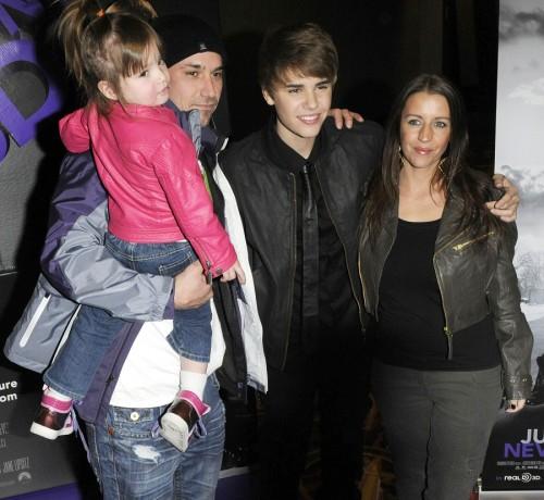 Justin Bieber junto a su familia en el estreno de su primera película